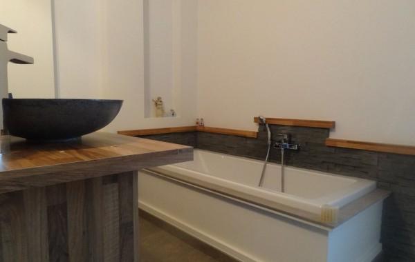 Salle de bains, baignoire, vasque, pierres de parement, décoration, inspiration, construction maison, Chenois, Province Luxembourg, Belgique