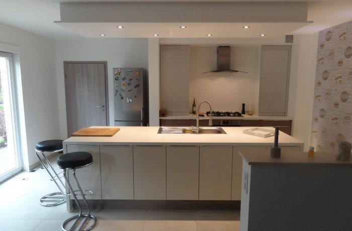 Cuisine contemporaine, ilôt central, luminaire, encastrement, construction maison, Chenois, Province Luxembourg, Belgique