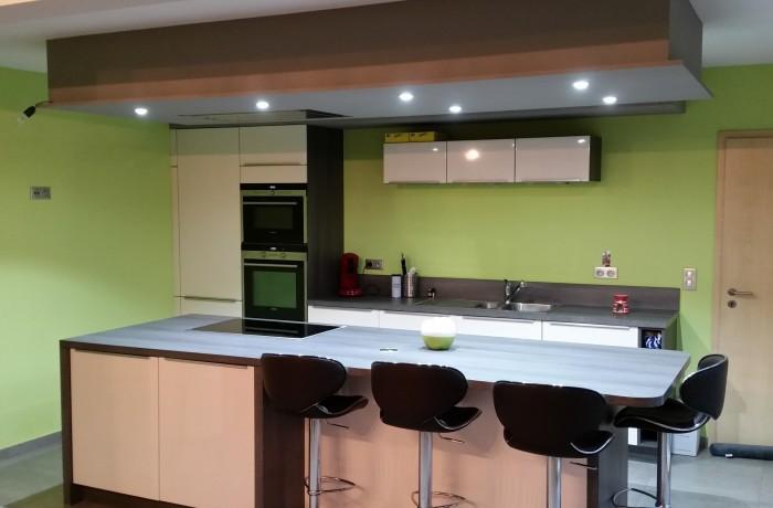 Cuisine contemporaine, ilôt central, mobilier, luminaire, peintures, construction maison, Chenois, Province Luxembourg, Belgique